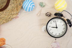 Los accesorios y el traje del viaje del día de fiesta en la arena varan Fotografía de archivo