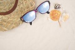 Los accesorios y el traje del viaje del día de fiesta en la arena varan Imagen de archivo