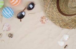 Los accesorios y el traje del viaje del día de fiesta en la arena varan Imagen de archivo libre de regalías