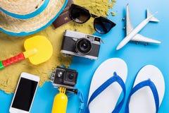 Los accesorios y la moda del viaje de las vacaciones de la playa del verano juegan Imagen de archivo