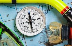 Los accesorios y los artículos de la natación para el ocio viajan en fondo Fotos de archivo