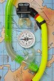 Los accesorios y los artículos de la natación para el ocio viajan en fondo Fotografía de archivo