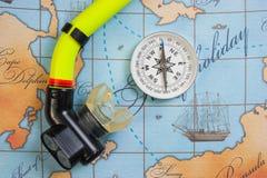 Los accesorios y los artículos de la natación para el ocio viajan en fondo Imagen de archivo