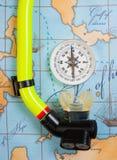 Los accesorios y los artículos de la natación para el ocio viajan en fondo Foto de archivo