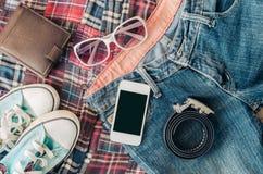 Los accesorios y ropa para los hombres en un piso de madera - entone el vintage Imágenes de archivo libres de regalías