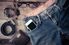 Los accesorios y ropa para los hombres en un piso de madera - entone el vintage Fotos de archivo libres de regalías