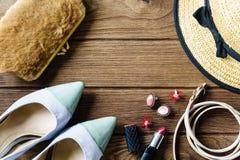 los accessoris de las mujeres - bolso, talones, pendientes, esmalte de uñas, lipstic Foto de archivo