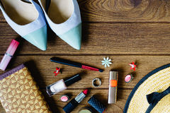 los accessoris de las mujeres - bolso, talones, pendientes, esmalte de uñas, lipstic Foto de archivo libre de regalías
