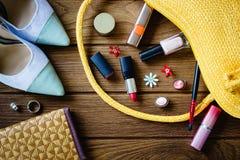 los accessoris de las mujeres - bolso, talones, pendientes, esmalte de uñas, lipstic Imágenes de archivo libres de regalías