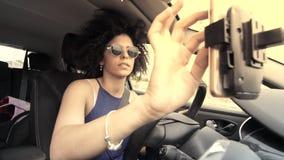 Los accidentes de tráfico causados por el teléfono celular utilizan mientras que conducen almacen de video