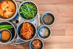Los acompañamientos coreanos llenaron de las verduras ricas de los sabores, frescas y conservada en vinagre imagenes de archivo