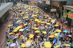 Los activistas 2015 de Hong Kong marchan delante de voto en el paquete electoral Fotos de archivo libres de regalías