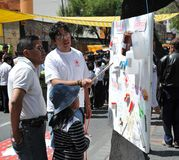 Los activistas de la Cruz Roja enseñan a los primeros auxilios de la gente en una calle de la ciudad Imagen de archivo libre de regalías