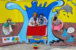 Los actores divertidos que se realizaban en la calle, sonriendo, se vistieron en ropa divertida imagen de archivo libre de regalías