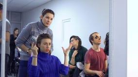 Los actores y la actriz se prepara al funcionamiento en teatro almacen de video