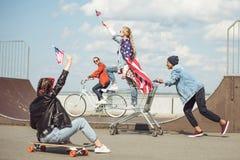 Los adolescentes agrupan con el monopatín Imágenes de archivo libres de regalías