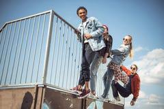 Los adolescentes agrupan divertirse junto en el parque del monopatín Imagen de archivo libre de regalías