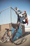 Los adolescentes agrupan divertirse junto en el parque del monopatín Fotografía de archivo libre de regalías