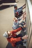 Los adolescentes agrupan divertirse junto en el parque del monopatín Foto de archivo