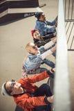 Los adolescentes agrupan divertirse junto en el parque del monopatín Foto de archivo libre de regalías