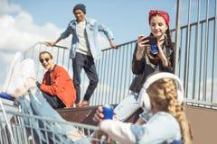 Los adolescentes agrupan divertirse junto en rampa Foto de archivo libre de regalías