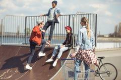 Los adolescentes agrupan divertirse junto en rampa Fotos de archivo libres de regalías
