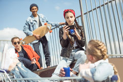Los adolescentes agrupan divertirse junto en rampa Fotografía de archivo libre de regalías