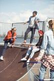 Los adolescentes agrupan divertirse junto en rampa Fotos de archivo