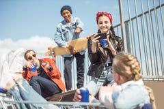 Los adolescentes agrupan divertirse junto en rampa Imagen de archivo libre de regalías