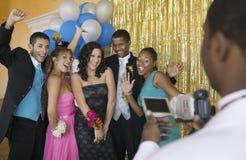 Los adolescentes bien vestidos que presentan para la cámara de vídeo en la escuela bailan Foto de archivo