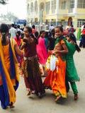 Los adolescentes colorido vestidos en la India visitan un templo imagenes de archivo