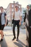 Los adolescentes cuelgan hacia fuera ocio urbano del estilo de la juventud Imagen de archivo