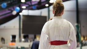 Los adolescentes del deporte - deportistas de sexo femenino en karate - alistan para la lucha Imágenes de archivo libres de regalías