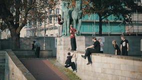 Los adolescentes emparejaron salto del parkour del entrenamiento en el lapso de tiempo del ambiente urbano metrajes