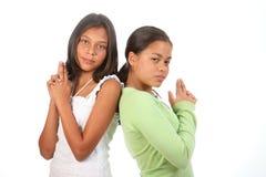 Los adolescentes en la diversión presentan con los dedos como armas Imagenes de archivo