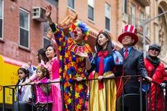 Los adolescentes en trajes celebran Año Nuevo chino Foto de archivo