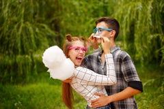 Los adolescentes enamorados comen el caramelo de algodón Imagen de archivo