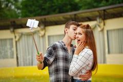Los adolescentes enamorados hacen el selfie Fotografía de archivo