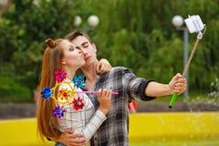Los adolescentes enamorados hacen el selfie Fotos de archivo