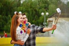 Los adolescentes enamorados hacen el selfie Imágenes de archivo libres de regalías
