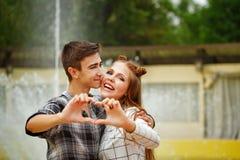 Los adolescentes enamorados hicieron el corazón Imágenes de archivo libres de regalías