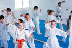 Los adolescentes están practicando nuevos movimientos repitiendo para el instructor imagen de archivo