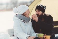 Los adolescentes felices complacen y juegan durante el alza del invierno Fotografía de archivo libre de regalías