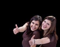 Los adolescentes felices que dan los pulgares suben la muestra Imagen de archivo libre de regalías