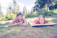 Los adolescentes felices se relajan y divirtiéndose durante viaje Foto de archivo