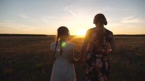 Los adolescentes felices van en una excursi?n, escuchando la m?sica en los rayos de una puesta del sol hermosa los ni?os van de c almacen de metraje de vídeo