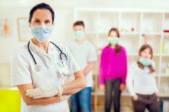 Los adolescentes femeninos del doctor y del paciente que miran la cámara, llevan máscaras protectoras Fotos de archivo libres de regalías