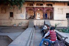 Los adolescentes indios se encuentran en el jardín viejo de la ciudad Foto de archivo libre de regalías