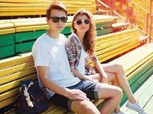 Los adolescentes jovenes de los pares de la moda están descansando en la ciudad Foto de archivo libre de regalías