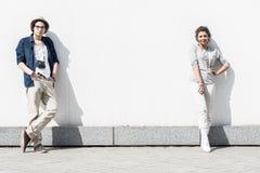 Los adolescentes jovenes felices en amor se están colocando al aire libre Fotos de archivo libres de regalías